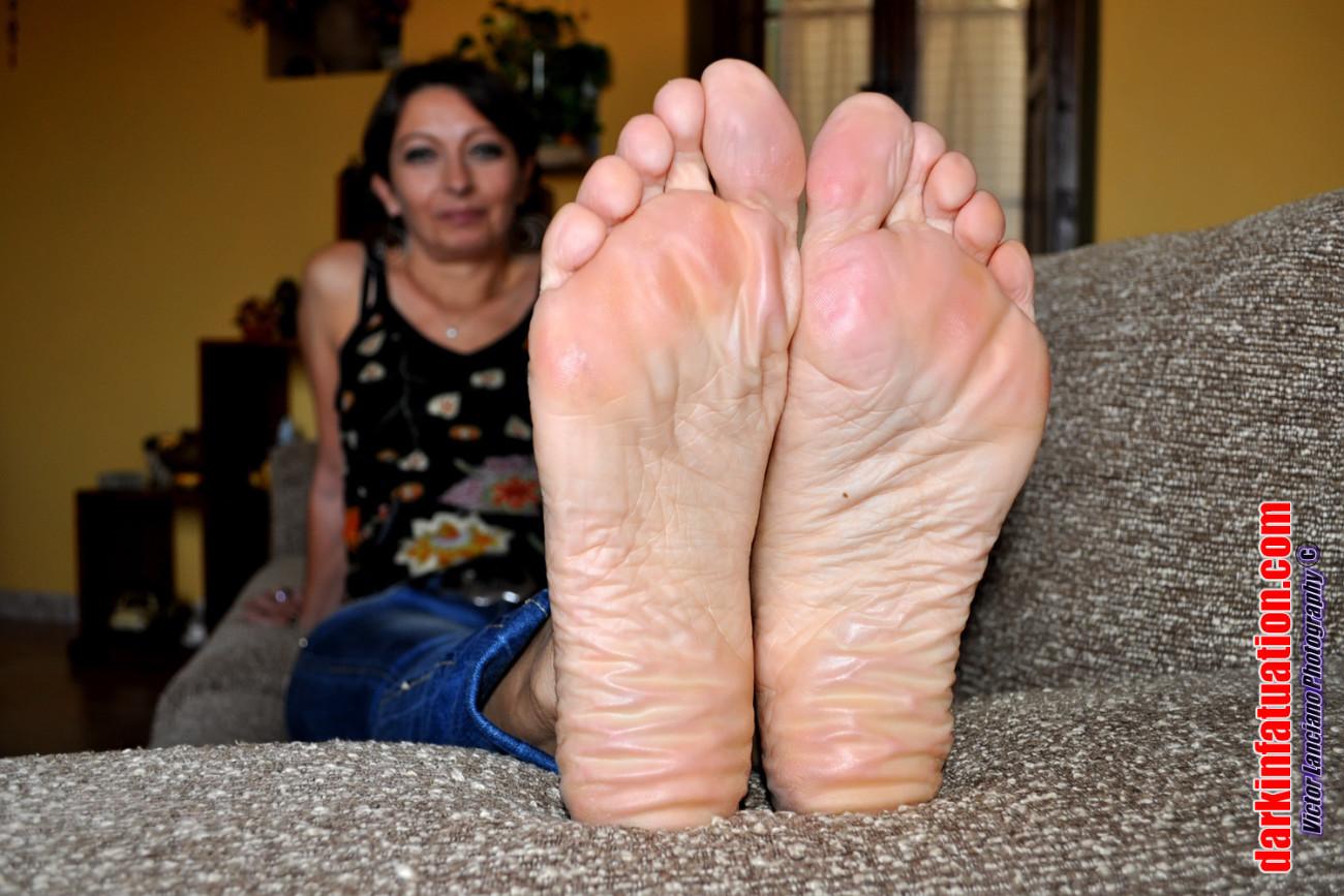 Puckered Feet Mingle upskirtporn