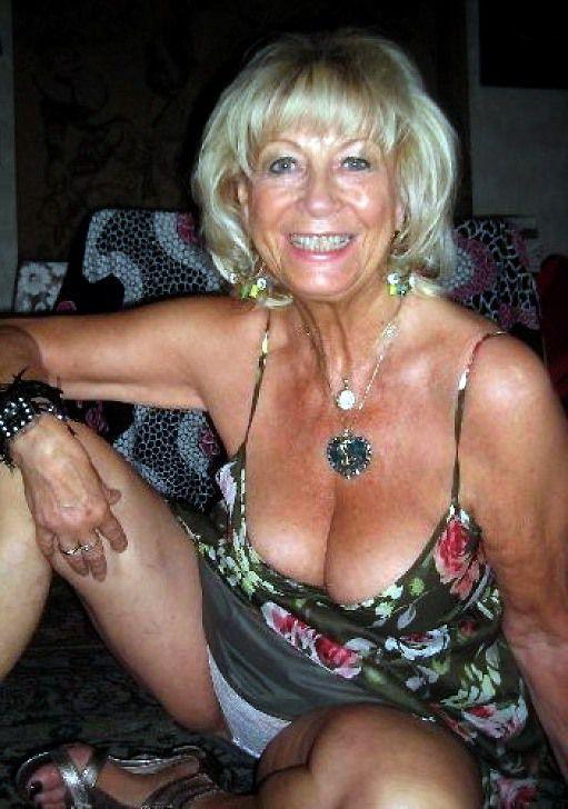 Nude  posing on the bed. I like senior..