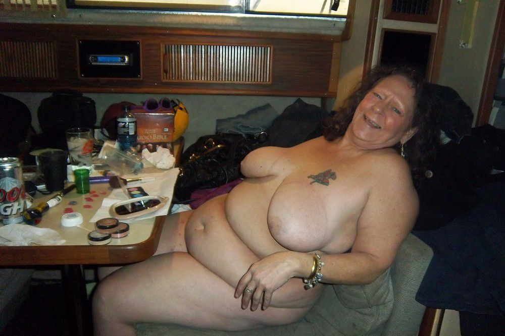 Nude round moms in front of PC,..