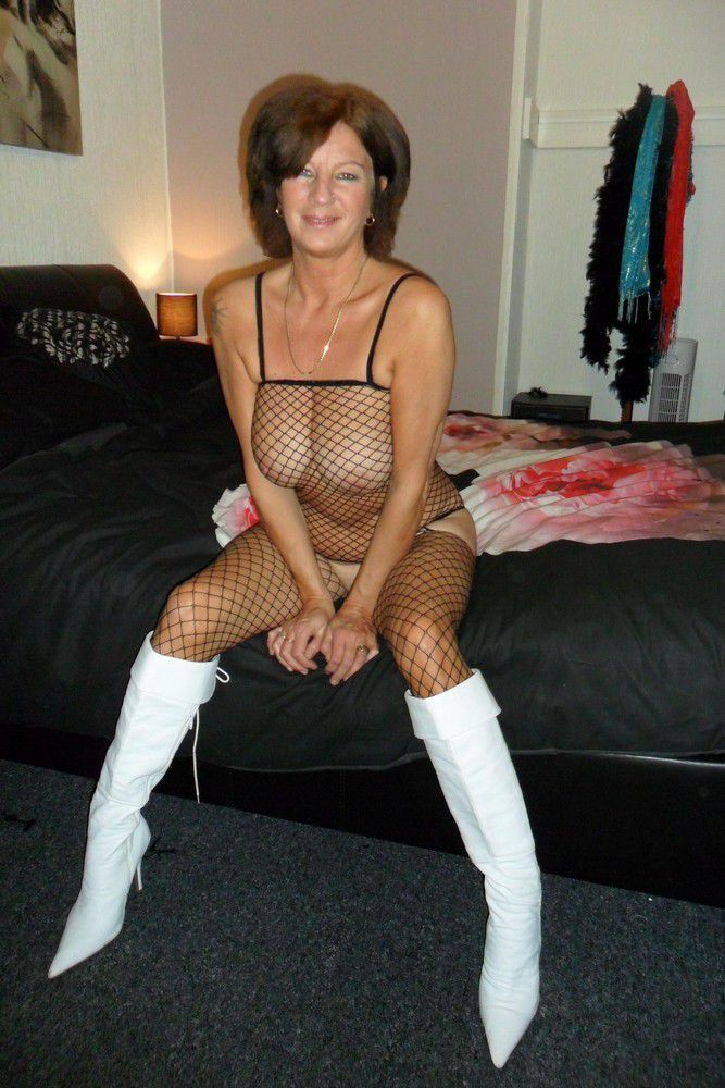 Bootylicious mature girls showing real..