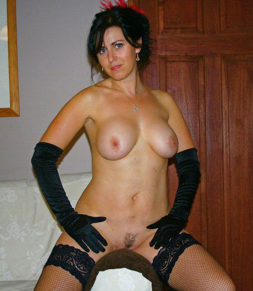 Ample mommy posing nude at home