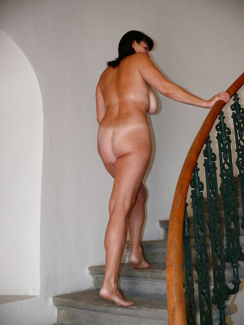 Curvaceous mature bares her fuckbox..