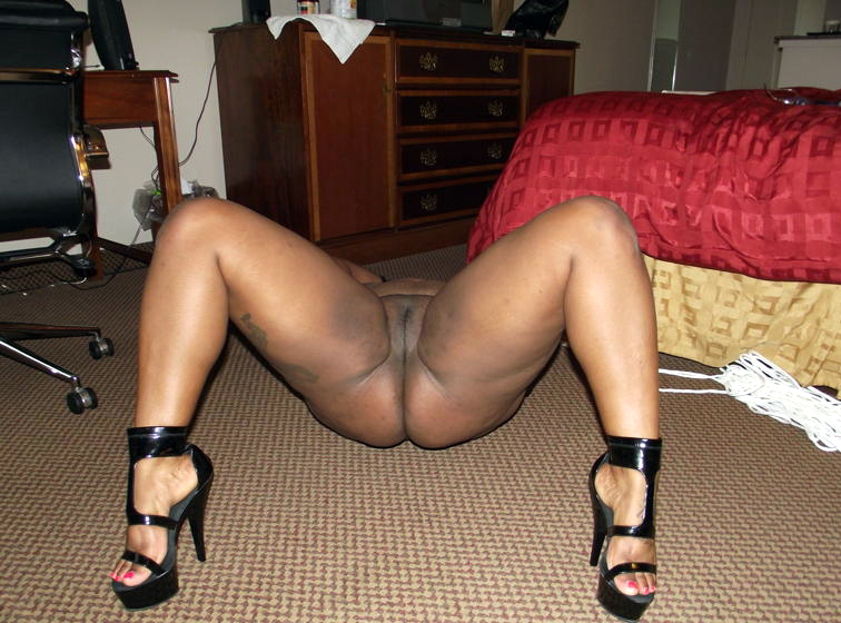 Nude african gf peeing and gargling..