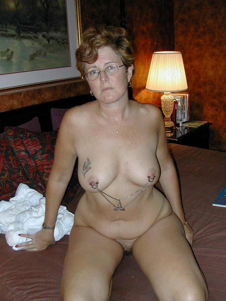 Curvaceous mature wifey posing bare..