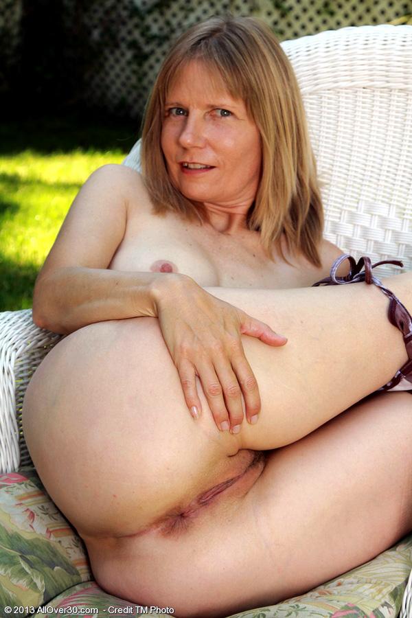 Slim mature mummy Lexa sheds swimsuit..