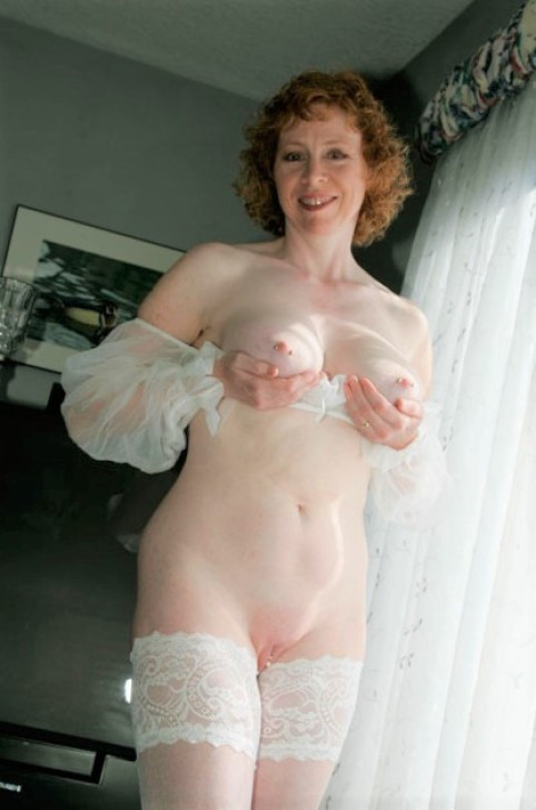 Mommy in milky posing for her paramour
