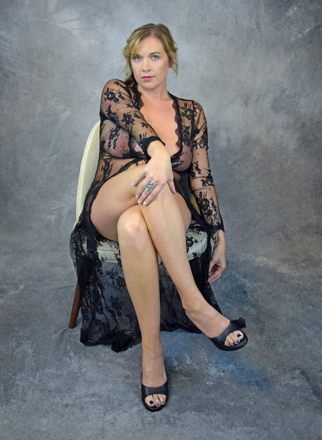 GINA GARVIS - gams broad apart on a..