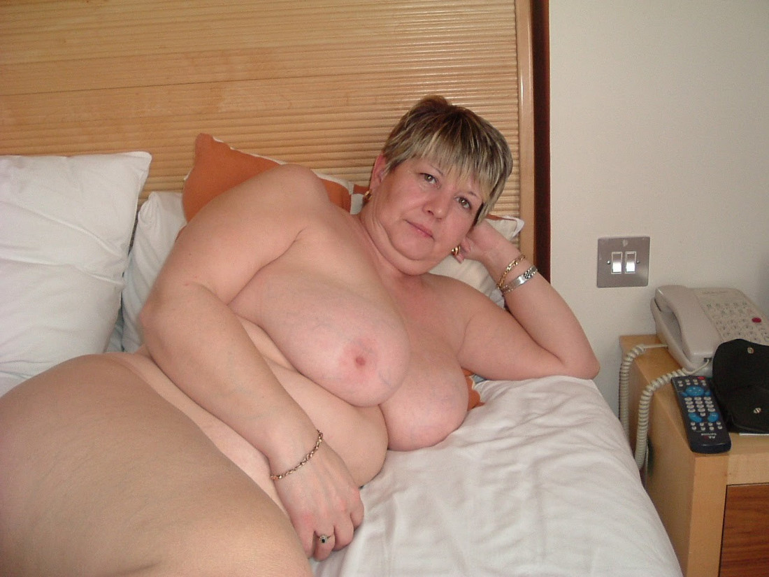 Utter cougar from Berlin in the shower