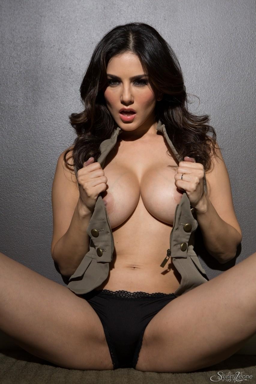 Indian erotic model pulls down her..