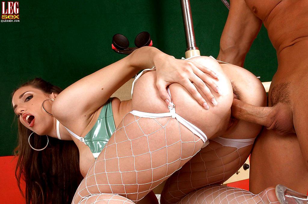 Chubby Mummy Kelly tugging pipe..