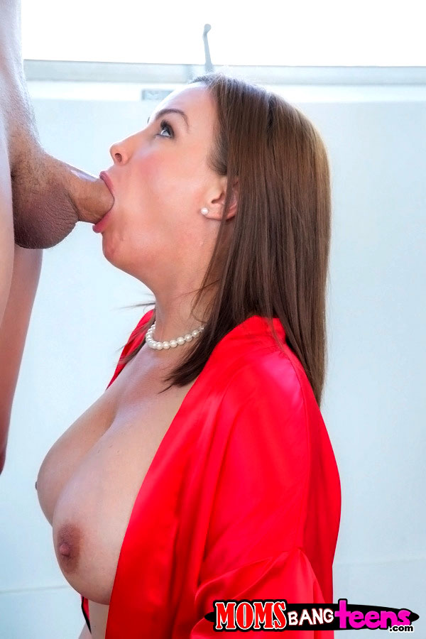Uber-sexy Cougar Abby Cross gives a..
